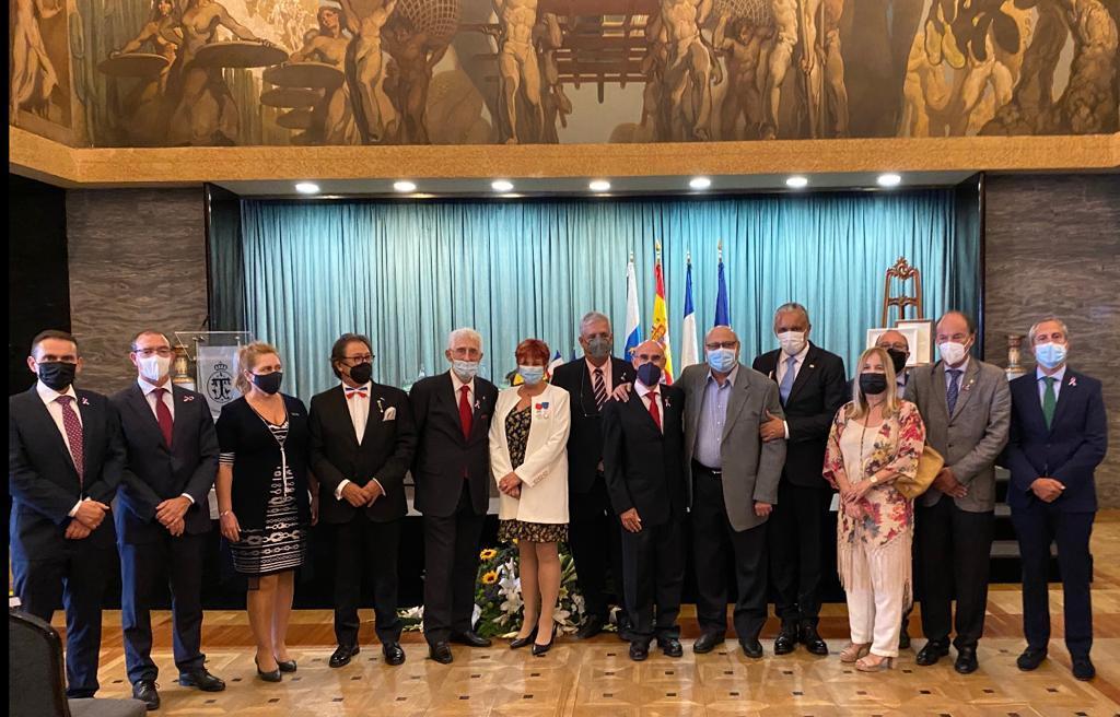 Foto de familia del Cuerpo Consular con los ex cónsules de Francia asistentes el acto
