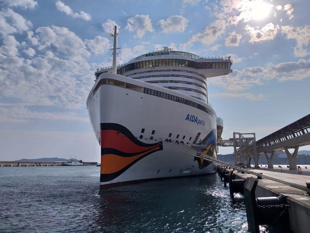 """Vista de proa del buque """"AIDAperla"""", con su característica decoración exterior"""