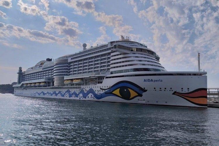 """El megacrucero """"AIDAperla"""", esta mañana, en su primera escala en Ibiza"""