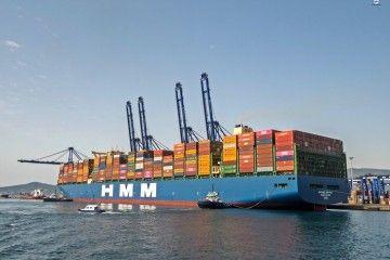 """El gigante """"HMM Algeciras"""", en su primera escala en el puerto de Algeciras"""
