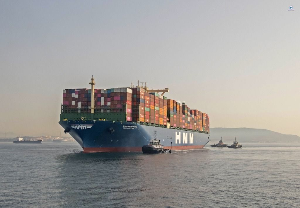 Las nieblas matinales retrasaron la maniobra del gigantesco buque
