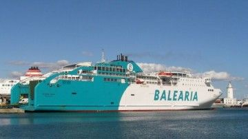 """El ferry """"Bahama Mama"""", atracado en el puerto de Málaga"""
