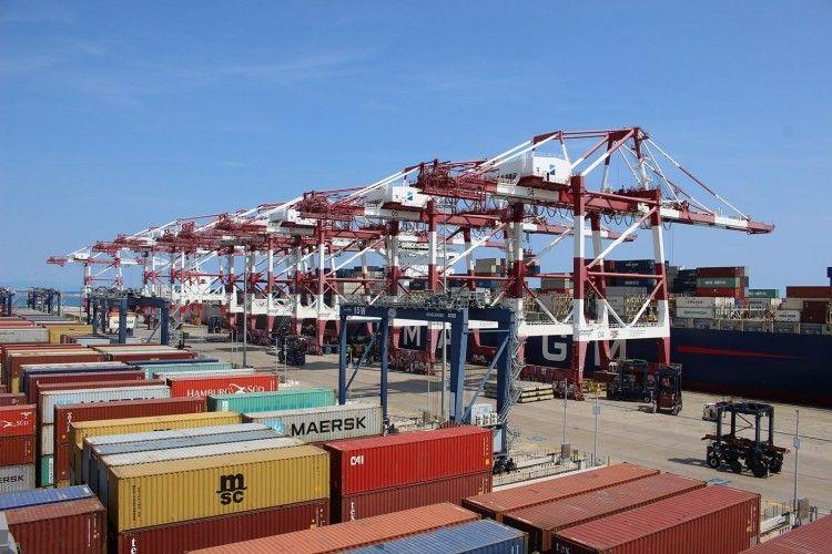 Vista parcial de una terminal de contenedores en el puerto de Barcelona