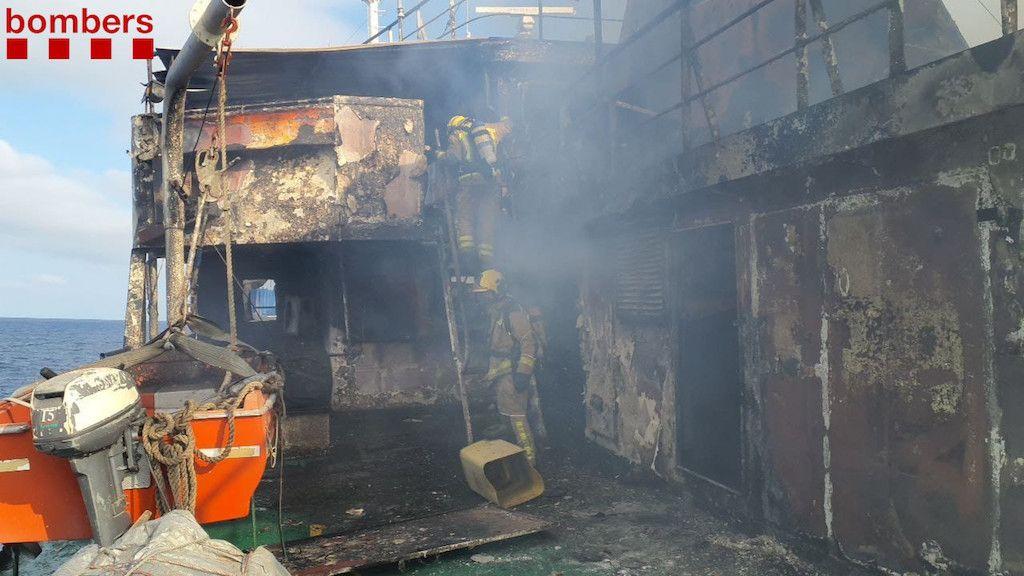 El incendio, extinguido, deja sus secuelas de destrucción