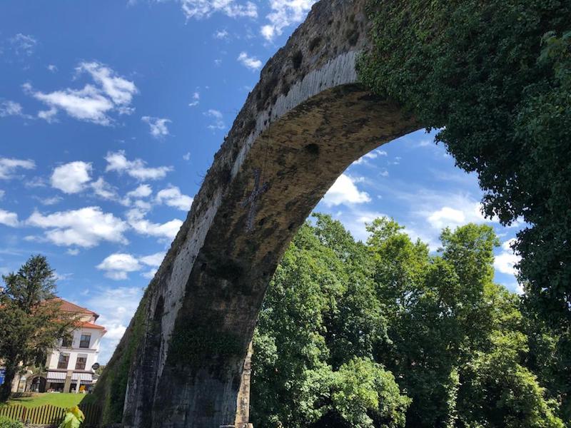El puente salva el curso del río Sella a su paso por Cangas de Onís y Parres