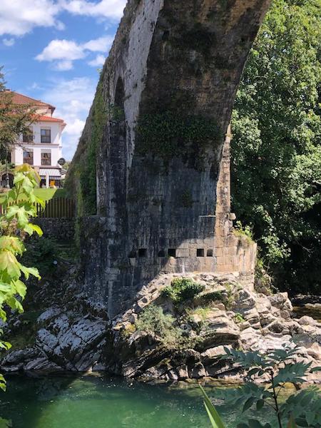 El puente de Cangas de Onís es medieval de los siglos XIII o XIV