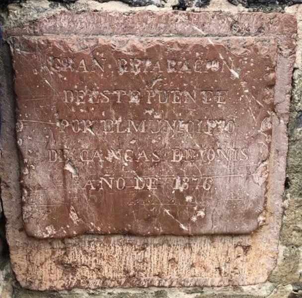 Inscripción conmemorativa de la reconstrucción de 1876