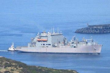 """El buque logístico """"Robert E. Peary"""", en la maniobra de entrada"""