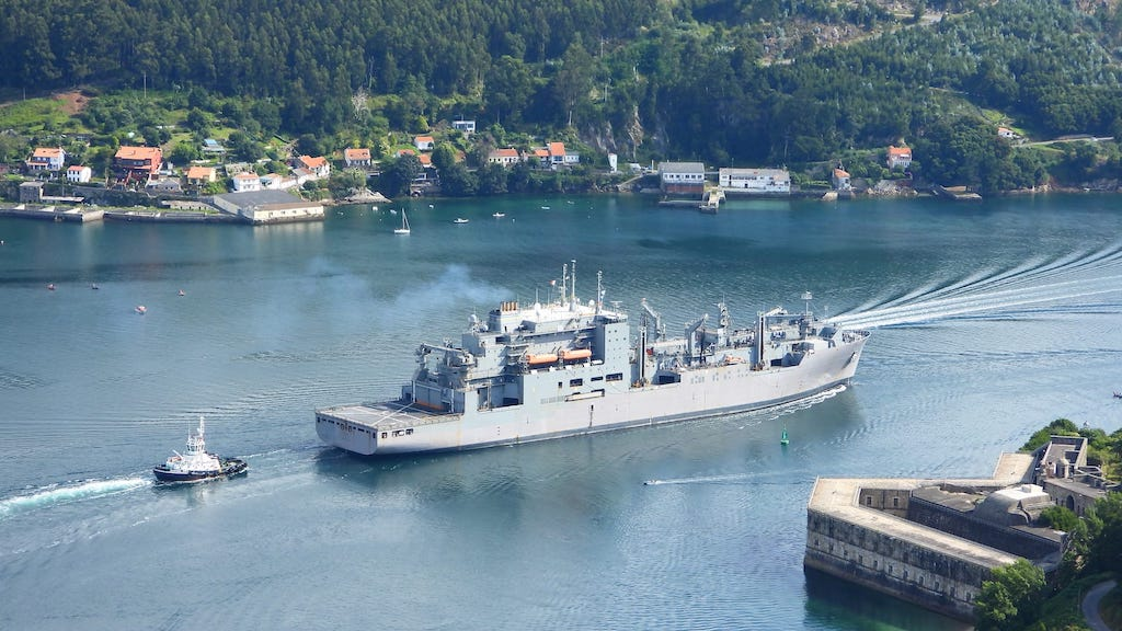 El buque maniobra entre castillos con la ayuda de remolcadores
