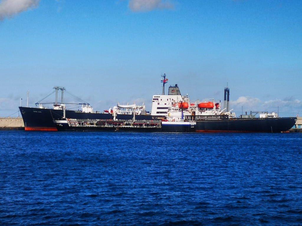 """El buque """"Empire State"""" tomando combustible en el puerto tinerfeño"""